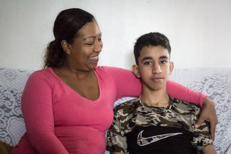 Oscar Navarrete sentado con su madre - Foto Valeria Pedicini