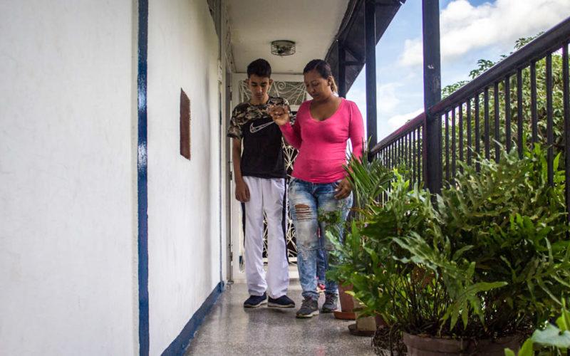 Oscar Navarrete aprende a caminar - Foto Valeria Pedicini