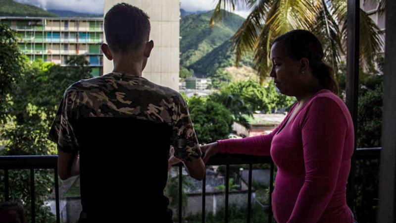 Oscar Navarrete de pie con su madre - Foto Valeria Pedicini